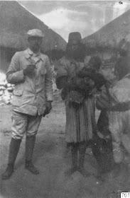 El antropologo sueco Gustaf Bolinder y Duane en 1915 en Nabusimake.