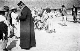 Los Capuchinos imponían como castigo a los arhuacos,el corte del cabello en 1915.Fotografía tomada en San Sebastián de Rabago,hoy Nabusimake,por Gustaf Bolinder