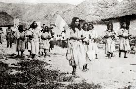 Procesión de las Tres Ave Marías en San Sebastián de Rabago,a los arhuacos se les obligaba a quitarse el gorro y a participar en dichos actos religiosos.Fotografía tomada en 1915 por Gustaf Bolinder