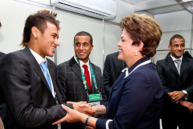 Dilma Rousseff saluda a Neymar tras el sorteo preliminar de la Copa Mundial de Brasil 2014