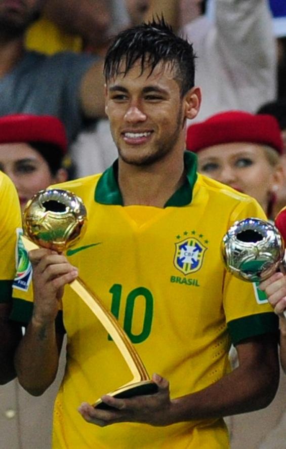 Neymar tomando su premio como mejor jugador de la Copa Confederaciones 2013 (Balón de Oro)