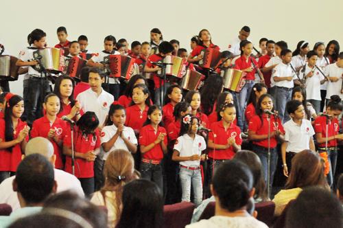 Estudiantes becados por Claro y Fundación FLV.