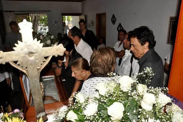 Una romería de personas se observó ayer en la casa de Lolita Acosta, que llegaron a darle el último adiós. Joaquín Ramírez/EL PILÓN