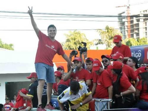 En esta imagen Silvestre Dangond posó para el lente de EL PILÓN, en la caminata por su nueva producción musical, 'Sigo Invicto'. EL PILÓN / Joaquín Ramírez.