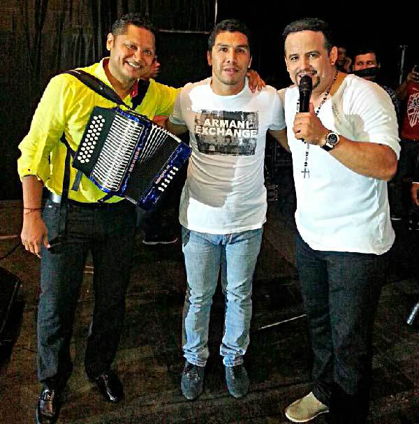 En la fotografía aparece Salvador Cabañas en pleno concierto con Nelson Velásquez y José Fernando 'el Morre' Romero. El concierto fue en Asunción, Paraguay.