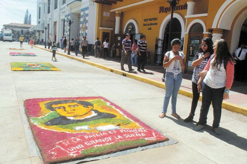 Alfombras de aserrín en homenaje a Rubén Darío fueron exhibidas en una de las calles del centro de León.