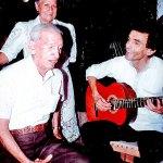 Don Toba y Gustavo Gutiérrez cantando 'Callate corazón', al fondo doña Paulina, esposa del entonces Senador Pedro Castro.