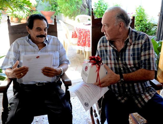 El Rey Vallenato Miguel López recibiendo la réplica de la corona