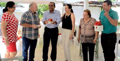 El Rey Vallenato Navín López recibiendo la réplica de la corona