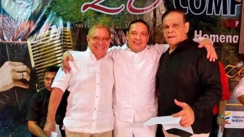 Gonzalo Arturo 'El Cocha' Molina, homenajeado en el Festival de Patillal, acompañado de los presentadores el certamen Jaime Pérez Parodi e Isaac León Durán.