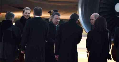 """""""Un vuelo pacífico sobre el Atlántico"""" Foto: César Carrión / SIGClemencia Rodríguez, reciben la bienvenida de una comitiva a su llegada a Oslo, donde el Jefe del Estado recibirá el Premio Nobel de Paz 2016."""