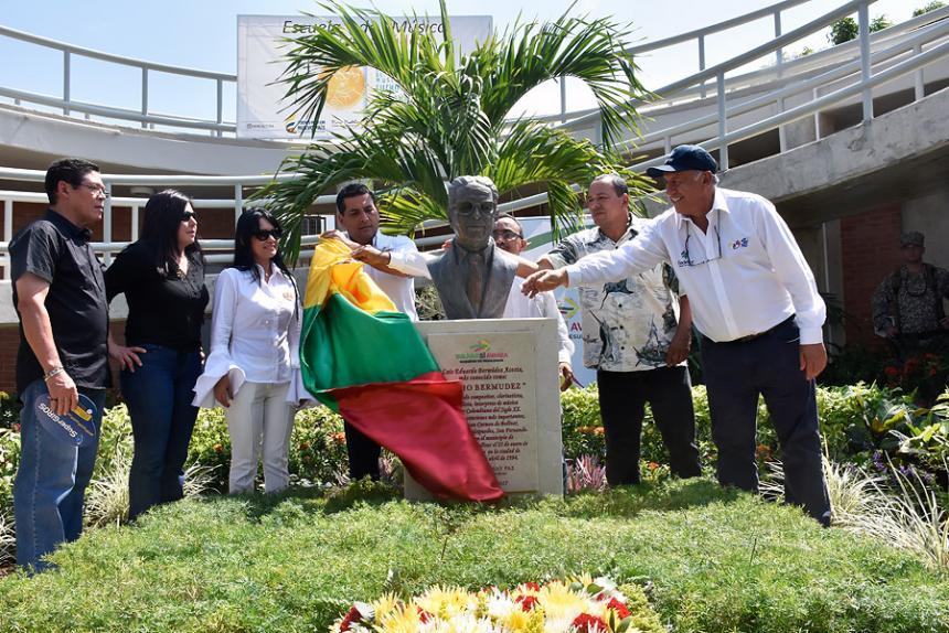 develacion-del-busto-de-lucho-bermudez-en-el-carmen-de-bolivar-en-la-escuela-de-musica-lb-2