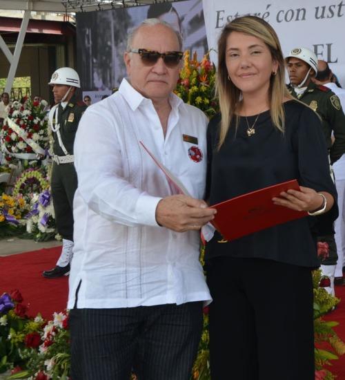 Efraín Quintero Molina entregó Acuerdo de la FFLV a Dayana Jaimes, esposa de Martín Elías