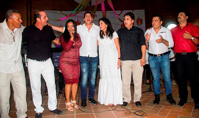Cantantes y organizadores del acto - Foto Franklin Cuentas