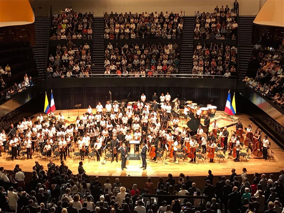 La m sica vallenata se hizo sentir en francia con la gota for Conciertos paris 2017