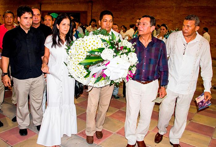 Ofrenda floral en el monumento de Rafael Orozco - Foto Franklin Cuentas