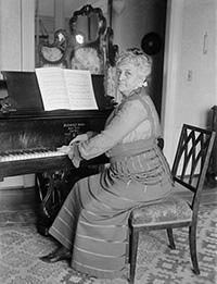 Teresa_Carreño_at_the_piano