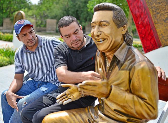 Carlos-Misael-Martínez-y-Jhon-Peñaloza-creadores-de-la-escultura-de-Diomedes-Díaz-Foto-Jaider-Santana