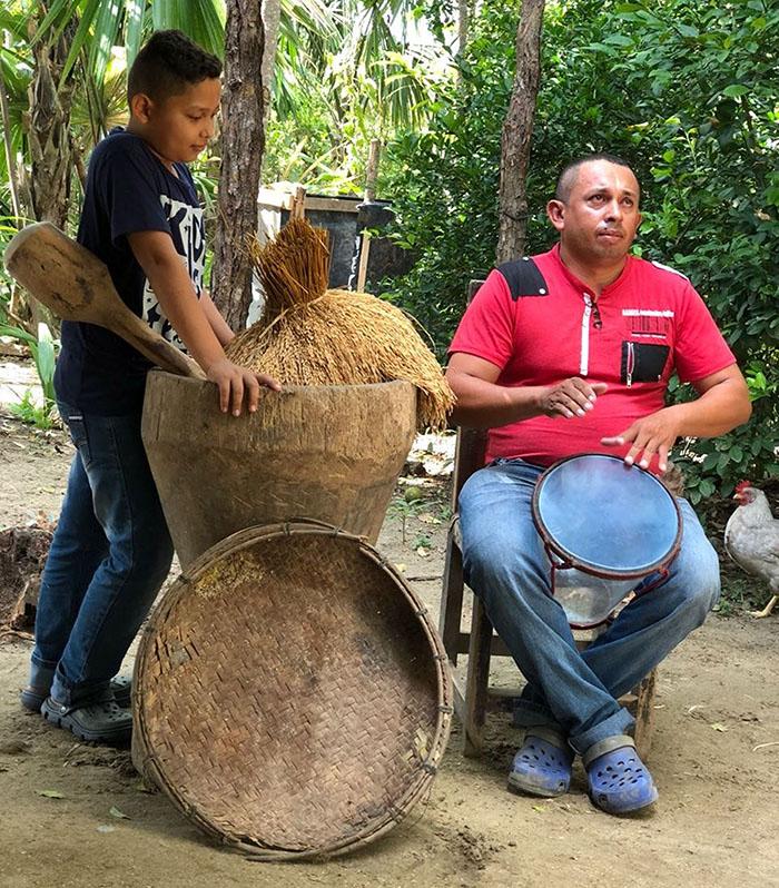 El cajero Efrén Antonio Cardozo Posada y su sobrino Jesús Eduardo Suárez, protagonistas de una historia que suena en el mundo vallenato. Foto William Álvarez Villadiego