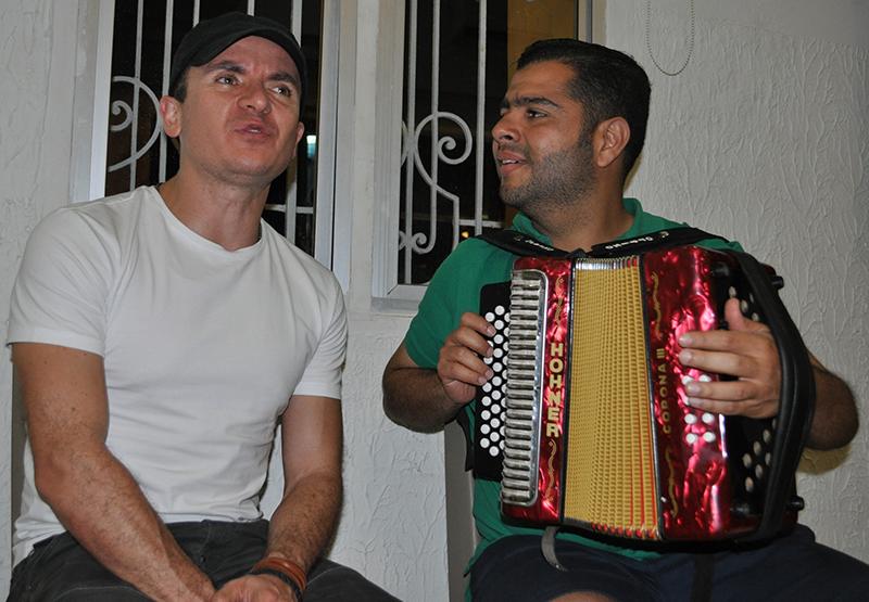 El cantautor Fonseca acompañado por el Rey Vallenato Jaime Dangond Daza - Foto Daniel Gutiérrez Palomino