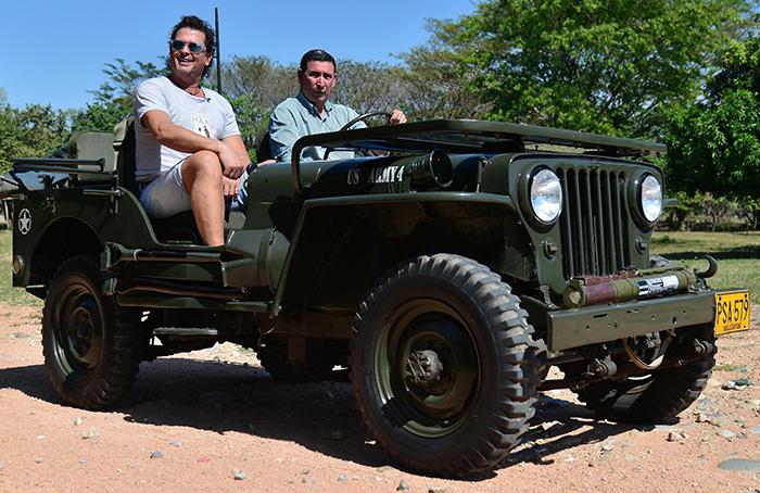 Carlos Vives en el Jeep Willys Parrandero - Foto Fundación FLV