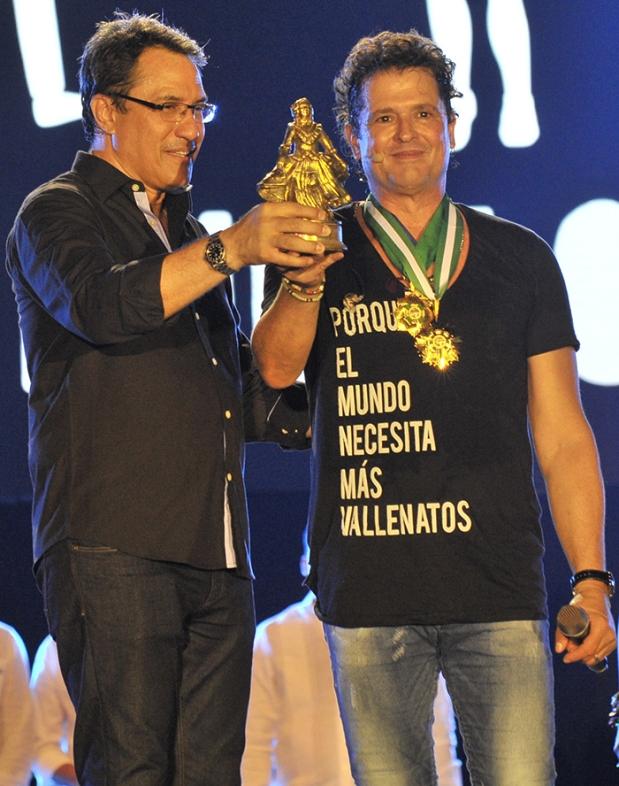 Carlos Vives recibe de Rodolfo Molina Aráujo, presidente de la Fundación Festival de la Leyenda Vallenata, la estatuilla 'La Pilonera Mayor'
