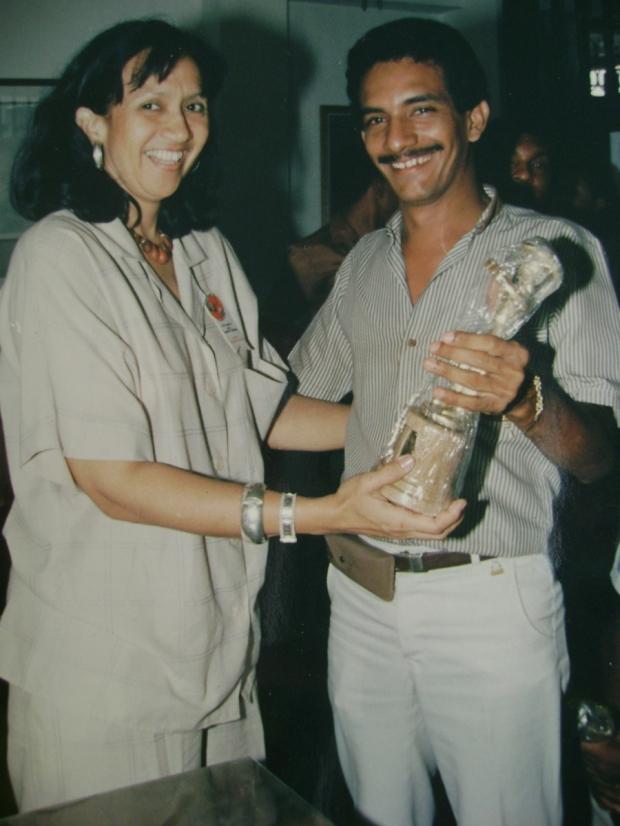 Consuelo Araujonoguera le entregó en 1986, el trofeo al compositor Rafael Manjarrés, como ganador de la Canción Vallenata Inédita - Foto Fundación FLV