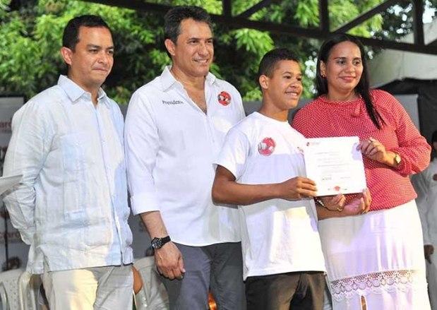 Entrega de diploma a uno de los estudiantes graduados - FFLV Claro por Colombia