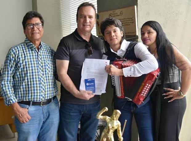 El Rey Vallenato Juvenil con sus padres y Guillermo Mazorra