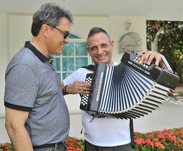 El Rey Vallenato Julián Rojas, tocando el regalo que le llevó el Presidente de la Fundación Festival de la Leyenda Vallenata, Rodolfo Molina Araújo