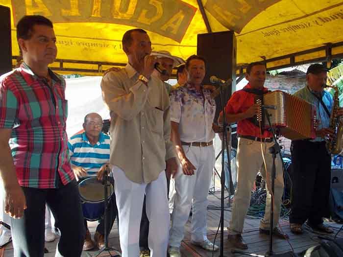 Jhonny al lado de el acordeonero Chongo Rivera entono varias canciones al publico recordando momentos del ayer