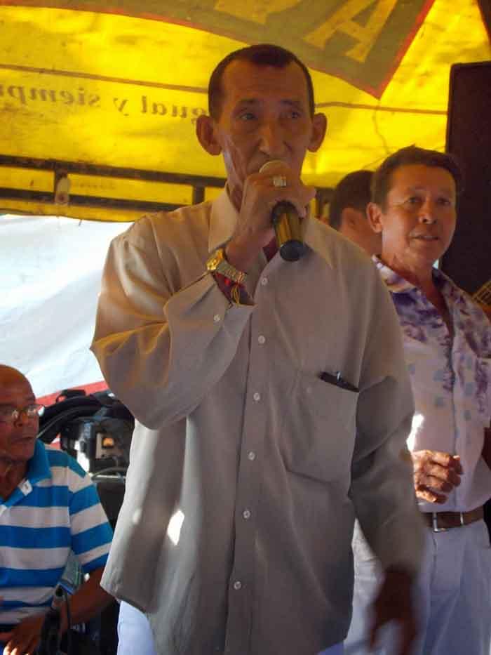Jhonny Cervantes engalano la tarima inprovisada por la Fundacion en la vivienda de la familia Celedon Guerra