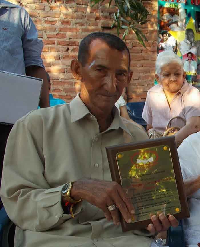 Jhonny Cervantes recibio el reconocimiento por los organizadores de los Amigos del Recuerdo