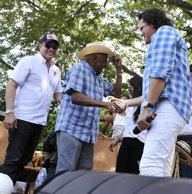 El Rey Vallenato Náfer Durán Díaz, saludando al artista samario Carlos Vives - Foto Jaider Santana