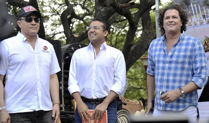Rodolfo Molina Araújo, presidente de la Fundación Festival de la Leyenda Vallenata, Augusto Ramírez Uhía, alcalde de Valledupar y el cantante Carlos Vives