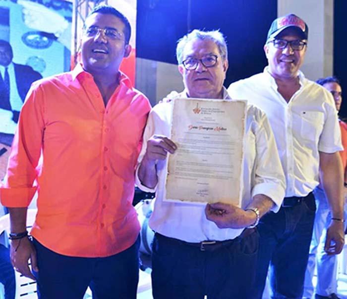 El homenajeado Darío Pavajeau Molina, recibe su reconocimiento por parte del alcalde de Valledupar Augusto Ramírez y del presidente de la Fundación FLV, Rodolfo Molina Araújo
