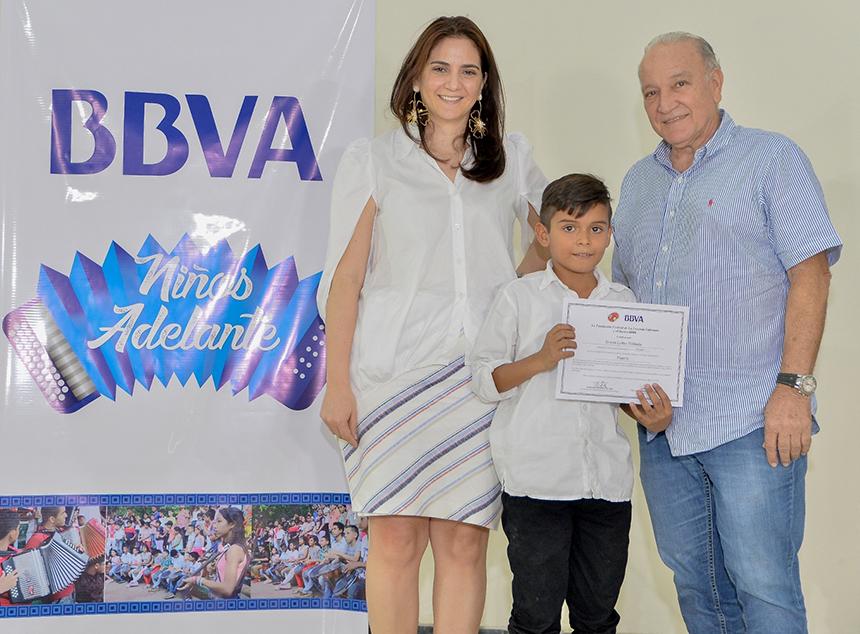 Programa Niños Adelante - Denisse Montaño, Gerente Banca Institucional BBVA, el graduando Brayan Leter Poblador y Efraín Quintero Molina, Vicepresidente Fundación FLV